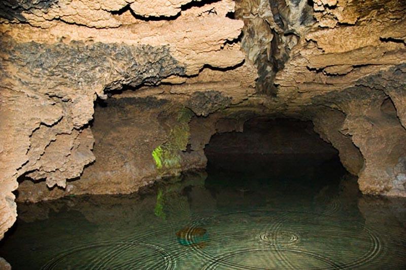 اینجا یکی از دریاچههای داخلی غار علیصدر همدان است.